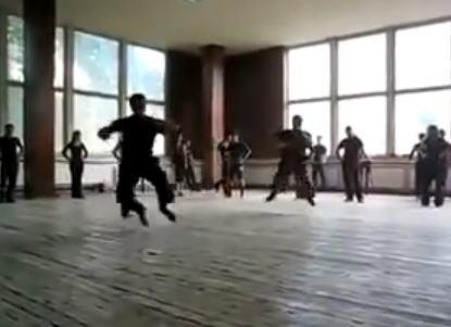 回転し続けるダンサー集団の踊りがスゴイ!