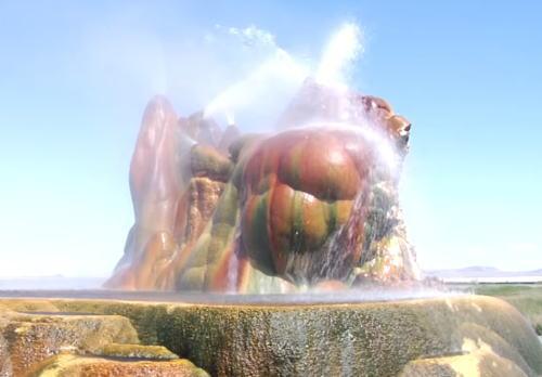フライガイザー(Fly Geyser)七色に光る岩から吹き出すのは温泉!
