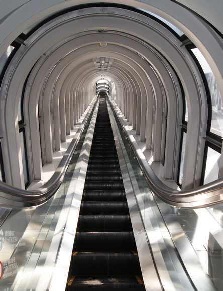 大阪・空中庭園展望台へと伸びる、エスカレーター