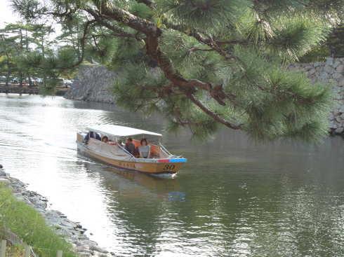 松江城お堀で船