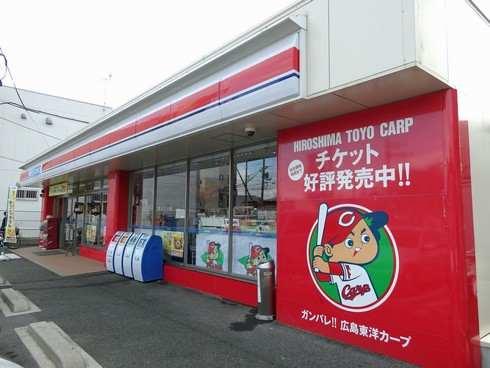 カープに染まった赤いローソン 広島で