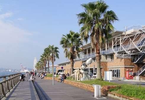 唐戸市場、海沿いのベンチ