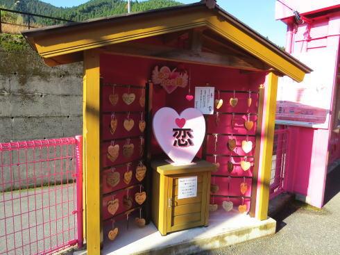 鳥取 ピンク色の恋山形駅 ハートの絵馬を飾れる