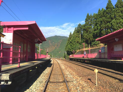 鳥取 ピンク色の恋山形駅 全景