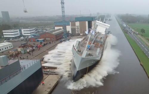 乱暴すぎる!海外の進水式は、船が倒れそうな荒っぽい方法だった