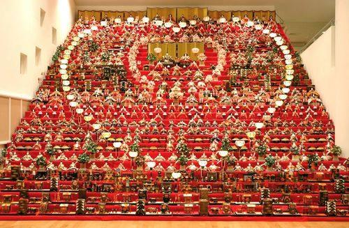 これはスゴイ!30段の豪華絢爛な雛飾りほか、計6000体のひな人形