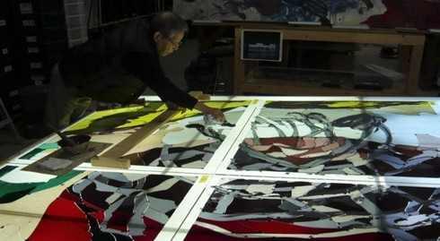 米子空港にゲゲゲの鬼太郎ステンドグラス 作成時の様子