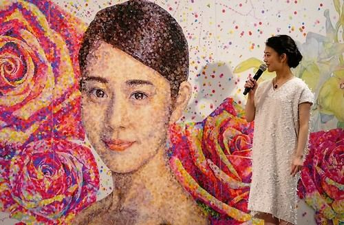 巨大な高畑充希アートが新宿駅に登場!マスキングシールのみで描いた美しいアート