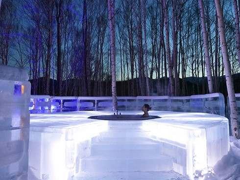 氷に囲まれた露天風呂「アイスインフィニティ」
