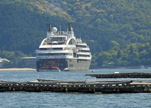宮島沖に停泊するロストラル