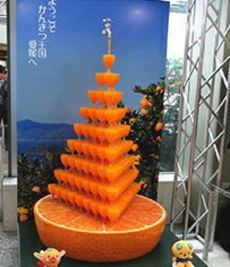 「日本よ、これが愛媛県だ。」 松山空港のみかんジュースタワーがスゴすぎる