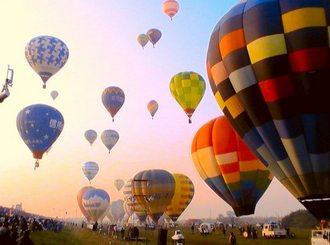 朝焼けにのぼる気球が美しい!佐賀バルーンフェスタを見に行こう
