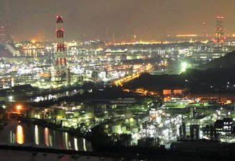 倉敷 水島コンビナートで夜景ドライブ、工場萌えスポットに車の列