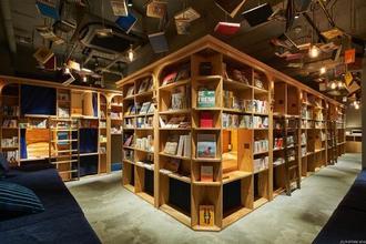 京都の本屋は、宿泊やビールも飲めるぞ!本棚の奥に秘密基地のようなベットが