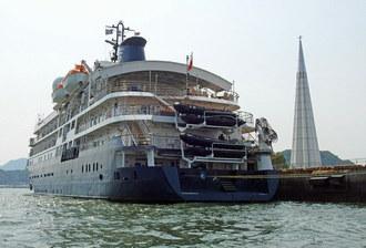 カレドニアンスカイ、英国の小型クルーズ船