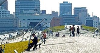 横浜・大さん橋、屋上の芝生公園は癒しの絶景スポット!映画やドラマのロケ地にも