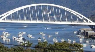 沖に浮かぶ漁船ズラリ!鹿児島・桜島を結ぶ牛根大橋と周辺の風景