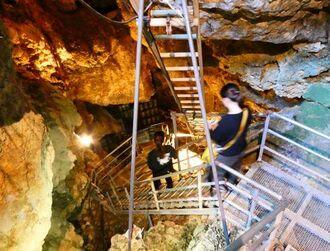 ひんやり地下30m!沖縄の「金武鍾乳洞の古酒蔵・龍の蔵」で、熟成される泡盛を見学してきた