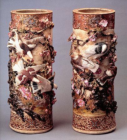 高浮彫桜二群鳩花瓶一対