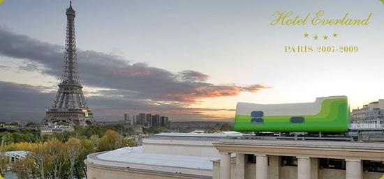 パリ を一望。屋根の上のアートなホテル