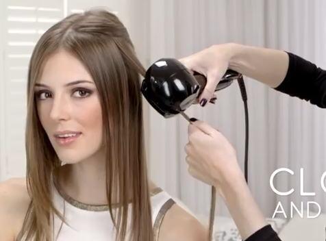巻き髪を自動で作る ミラカール、ヘアアイロンの中にシュルッと髪の毛が...