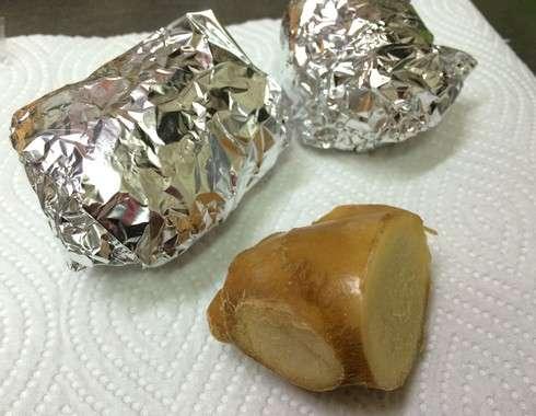 キッチンペーパーとアルミホイルで、生姜を長期保存