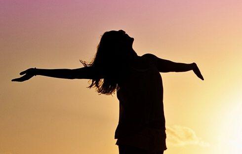 深部体温を下げるには、朝の太陽の光を浴びて体内時計をリセット