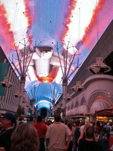 フリーモントストリートの天井で無料ショーを楽しむ