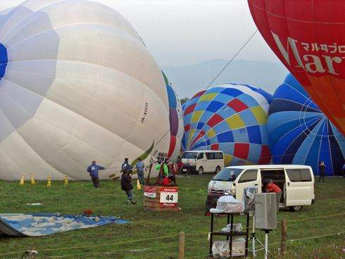 佐賀バルーンフェスタ、気球に命を吹き込む瞬間