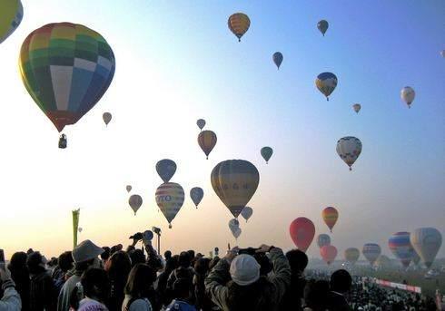 佐賀バルーンフェスタ 次々と気球が空へ