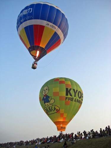 真上を飛んでいく気球、佐賀バルーンフェスタ