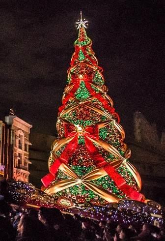 電飾数でギネスに登録されたUSJのクリスマスツリー