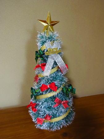 100円均一でクリスマスツリーのオーナメント、リボンツリー