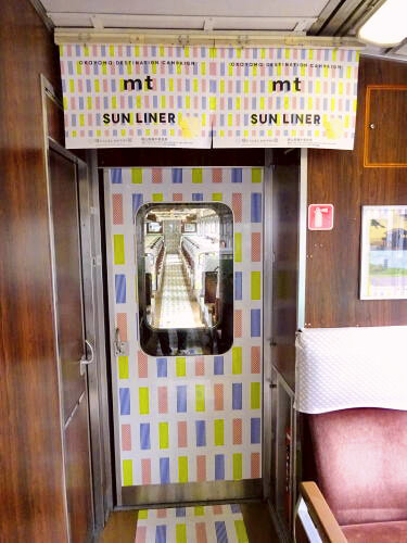 mtマスキングテープ柄のラッピング電車 mtサンライナー 車内の様子