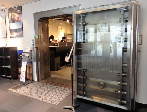 岡山 旧日銀岡山支店のルネスホール内 公文庫カフェ