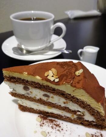 岡山 旧日銀岡山支店のルネスホール内 公文庫カフェのケーキ