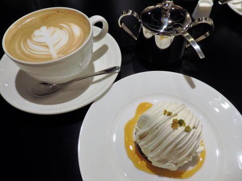 岡山 旧日銀岡山支店のルネスホール内 公文庫カフェのケーキ2