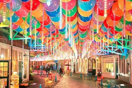 ハウステンボス、傘がズラリと浮かぶアンブレラストリートに