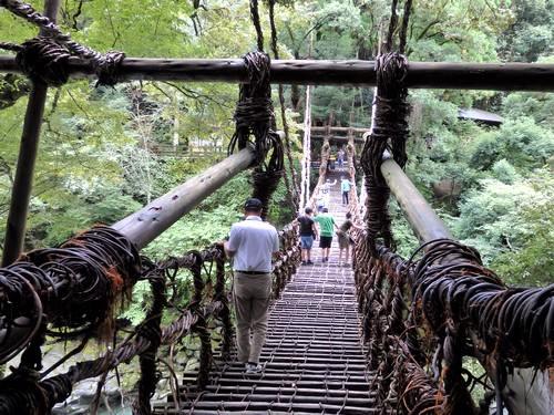祖谷のかずら橋、ギシギシと結構揺れる