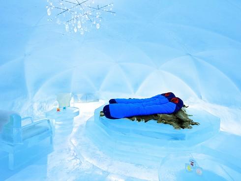 美し過ぎる冬だけの「氷のホテル」と「露天風呂」が北海道で