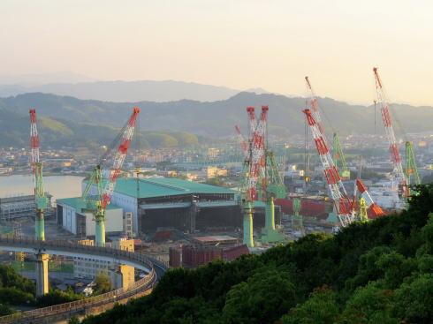 糸山公園から見る来島海峡大橋の周辺造船所