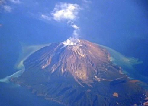 白い煙を吐く、鹿児島・硫黄島の火山「硫黄岳」