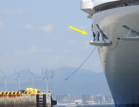 サファイアプリンセス、五日市港にロープで固定する