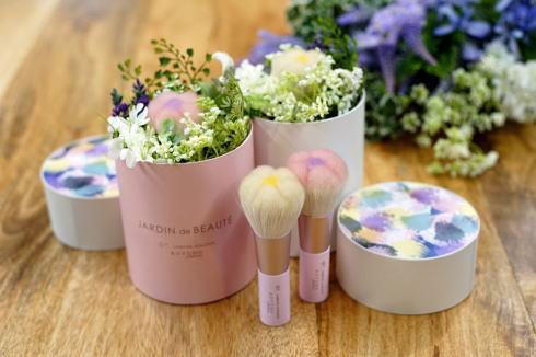 女性へのスマートな贈り物に!花×熊野化粧筆のアレンジフラワーギフト