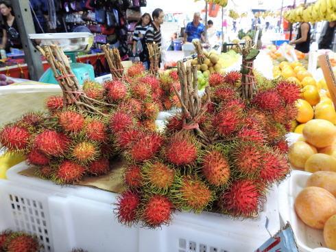 シンガポール チャイナタウン で見た果物 ランブータン