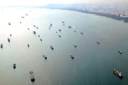 シンガポールの港のそばには大型船やタンカーが沢山停泊している