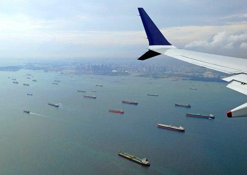 シンガポールの海は大型船やタンカーが沢山停泊している