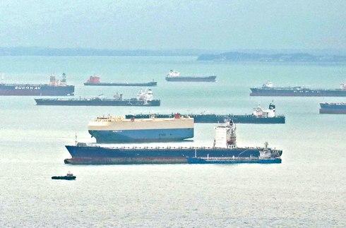 大型原油タンカーで混雑するシンガポール