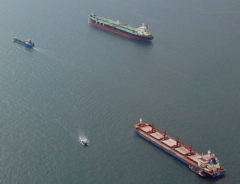 色んな大型船が行き交うシンガポール