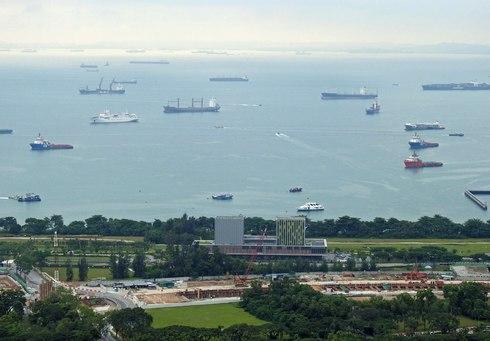 世界中から貨物船があつまるシンガポール